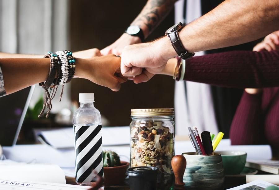 Une équipe gère la comptabilité de l'entreprise ensemble